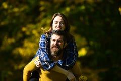 Man en vrouw met gelukkige gezichten op buitenachtergrond Stock Foto