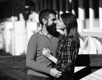 Man en vrouw met gelukkige gezichten op witte de bouwachtergrond Meisje en gebaarde kerel of gelukkige minnaars op datumomhelzing Stock Foto's