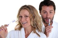 Man en vrouw met tandenborstel Stock Afbeeldingen