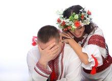 Man en vrouw in Oekraïense kostuums Stock Afbeeldingen