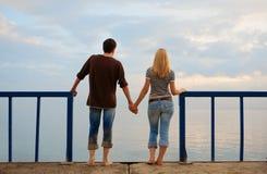 Man en vrouw op de kust Stock Foto's