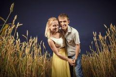 Man en vrouw op een tarwegebied stock afbeelding