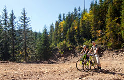 Man en vrouw op fietsen stock fotografie