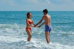 Man en vrouw op het strand Royalty-vrije Stock Foto