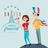 Man en vrouw op nationale feestdag Frankrijk, mensen met vlaggen het in hand lopen onderaan straat tegen achtergrond van Eiffel Stock Fotografie