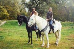 Man en vrouw op paarden Royalty-vrije Stock Fotografie