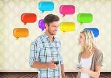 Man en Vrouw op telefoon met glanzende praatjebellen Royalty-vrije Stock Foto's