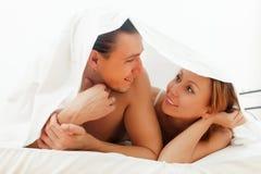 Man en vrouw samen in het kader van blad op bed royalty-vrije stock foto