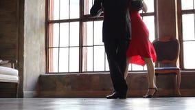 Man en vrouw, tangodans stock videobeelden