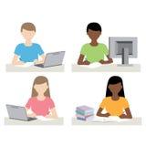 Man en vrouw voor computer die thuiswerk doen Stock Foto
