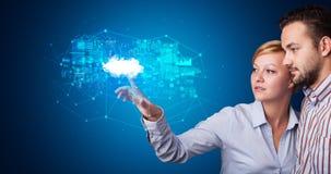 Man en vrouw wat betreft het hologram van het wolkensysteem stock foto's