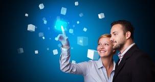 Man en vrouw wat betreft hologram royalty-vrije stock afbeeldingen