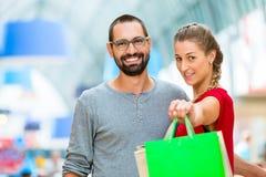Man en vrouw in winkelcomplex Stock Afbeelding