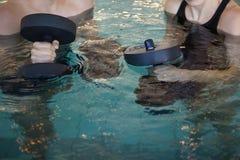 Man en vrouwen de domoren van het holdingsschuim in de pool Royalty-vrije Stock Foto