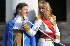 Man en vrouwen die in kostuum in Venetië Carnaval, Italië 2015 stellen Royalty-vrije Stock Foto