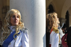 Man en vrouwen die in kostuum in Venetië Carnaval, Italië 2015 stellen Royalty-vrije Stock Fotografie