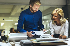 Man en vrouwen die in studio ontwerpen Royalty-vrije Stock Afbeelding