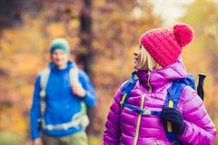 Man en vrouwen gelukkige paarwandelaars die in de herfsthout lopen Royalty-vrije Stock Fotografie