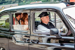 Man en vrouwen het drijven in uitstekende taxi Royalty-vrije Stock Afbeeldingen