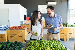 Man en Vrouwen het Kopen Citrusvruchten bij Markt royalty-vrije stock foto