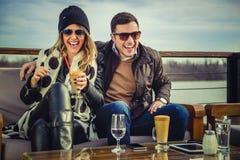 Man en Vrouwen het Lachen Stock Afbeelding