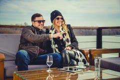Man en vrouwen het loking bij iets en het glimlachen Royalty-vrije Stock Afbeeldingen