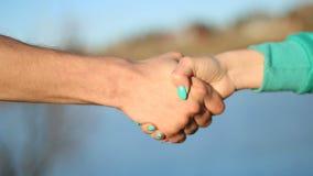 Man en vrouwen het schudden handen openlucht Handdruk stock footage