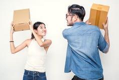Man en vrouwen het vechten met dozen, online marketing verpakking en levering, het MKB-concept Stock Afbeeldingen