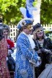 Man en vrouwen in het Venetiaanse kostuum spreken Royalty-vrije Stock Foto's