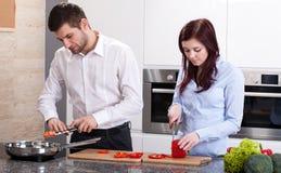 Man en vrouwen kokend diner royalty-vrije stock afbeelding