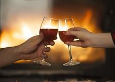 Man en vrouwen met wijnglas stock foto's