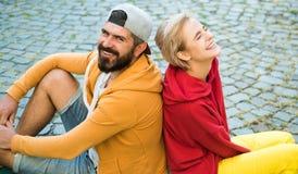Man en vrouwen moderne kleren voor de jeugd die in openlucht ontspannen Voor altijd Jong Het paar hangt uit samen Onbezorgde mens stock foto's