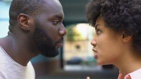 Man en vrouwen openlucht spreken agressief, relatiemoeilijkheden, conflict stock footage