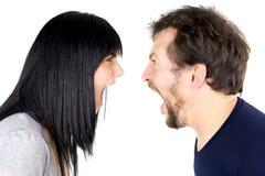 Man en vrouwen schreeuwen sterk bij geïsoleerd elkaar Royalty-vrije Stock Foto's