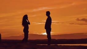 Man en vrouwen spinnende greephanden silhouetteer de mens en meisje van het gelukkige jonge echtpaar langzame dansen buiten bij stock videobeelden