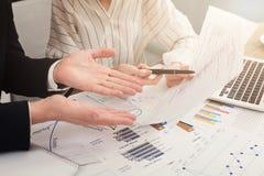 Man en vrouwenbedrijf jaarlijks financieel verslag royalty-vrije stock afbeeldingen