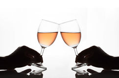 Man en vrouwenhanden die wijnglazen houden Royalty-vrije Stock Foto's