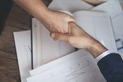 Man en vrouwenhanden op werkende lijst stock afbeeldingen