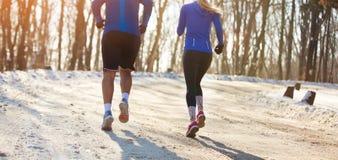 Man en vrouwenjogging in aard Stock Afbeeldingen