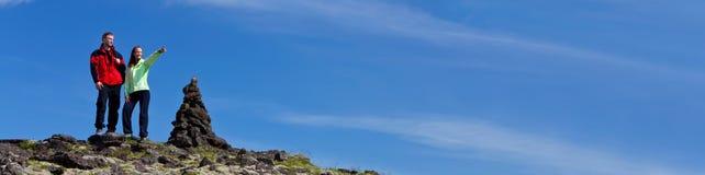 Man en Vrouwenpaar die in Bergen wandelen stock fotografie