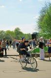 Man en vrouwenrit één fiets Stock Foto