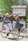 Man en vrouwenrit bicyles. Stock Fotografie