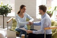 Man en vrouwenschokhanden als teken van het maken van overeenkomst royalty-vrije stock afbeelding