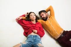 Man en vrouwenslijtage moderne kleren voor de jeugdgeneratie Voor altijd Jong Het paar hangt uit samen De jeugd wilt enkel hebben royalty-vrije stock afbeelding