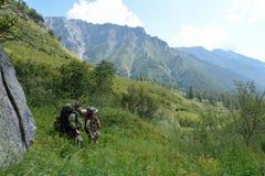 Man en vrouwentoeristen in de Rand van bergenbarguzinsky Royalty-vrije Stock Afbeelding