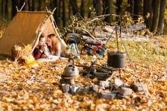 Man en vrouwenwandelaars die in de herfstaard kamperen Gelukkige jonge paarbackpackers die in tent kamperen royalty-vrije stock fotografie