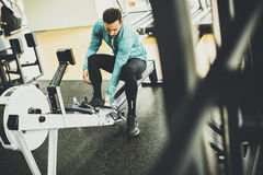 Man exercise on an exercise machine at the gym Royalty Free Stock Photos