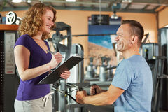 Man exercising on cable machine Royalty Free Stock Photography