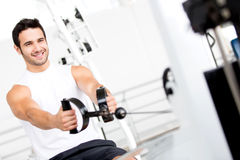 Man exercising at the gym Royalty Free Stock Photos