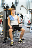 Man exercising on gym machine Royalty Free Stock Photography